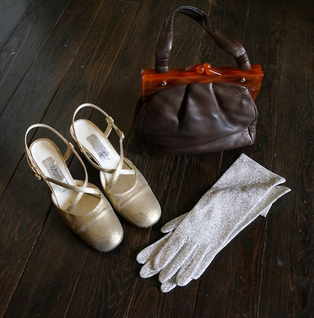 des chaussures doré André Boutique des années 60 70 , des gants en lurex argenté   et un sac à main que je ne saurais dater  60s golden slingback shoes , silvered lurex gloves , vintage handbag