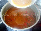 Ciorba de gaina preparare reteta - adaugam oul adus aproape de temperatura de fierbere