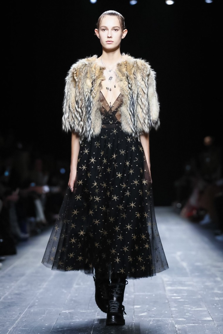 valentino-fall-winter-2016-2017-collection-paris-fashion-week, valentino-fall-winter-2016-2017, valentino-fall-winter-2016, valentino-fall-winter-2017, valentino-fall-winter, valentino-fall, valentino-fall-2016, valentino-fall-2017, valentino-fall-2016-2017, valentino-automne-hiver, valentino-automne-hiver-2016-2017, valentino-automne-hiver-2016, valentino-automne-hiver-2017, paris-fashion-week-2017, du-dessin-aux-podiums, dudessinauxpodiums