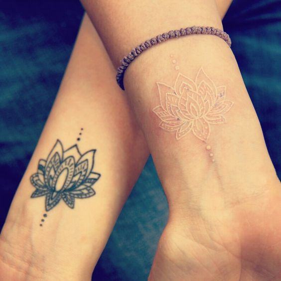 tatuaje de tinta blanca