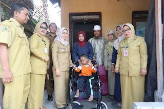 Ning Ita Bantu Kursi Roda untuk Fathurohman