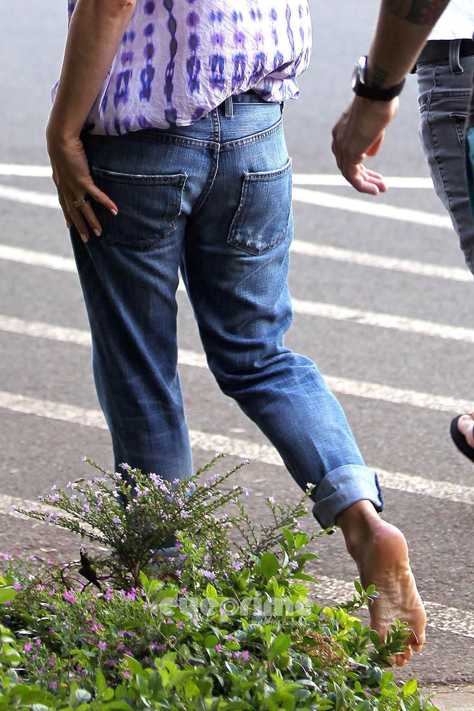 Barefoot celebrities jennifer aniston walking barefoot in public - Jennifer aniston barefoot ...