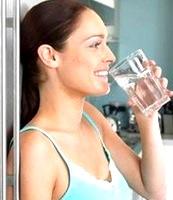 Foto de mujer hidratándose con agua