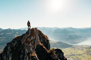 Homme sur le pic de la montagne