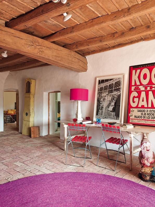 zona de paso con mesa y sillas de madera y hierro en fucsia chicanddeco