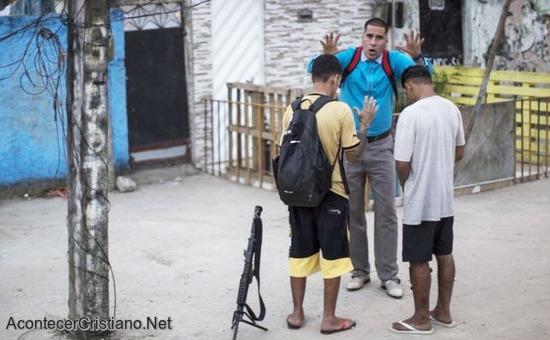 Pastor orando por jóvenes narcotraficantes