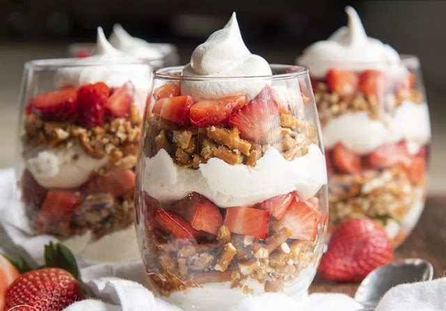 Strawberry Pretzel Parfaits #dessert #strawberry