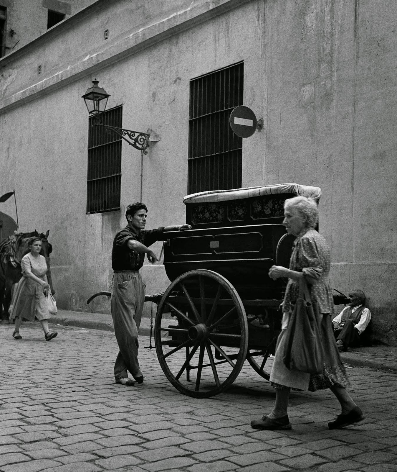 Amazing Black & White Photos Of Street Scenes Of Madrid
