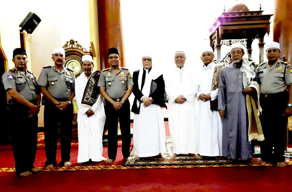 Kapolres Metro Bekasi Tarawih Di Masjid Jami Attaqwa Babelan