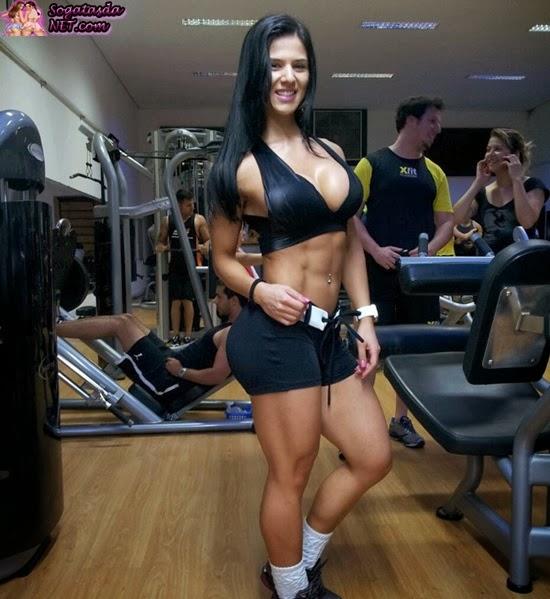 A Musa Fitness Eva Andressa - Foto na academia de shortinho