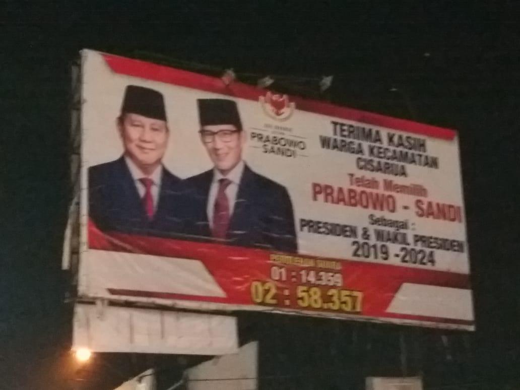 Merinding! Begini Suasana Pemasangan Baliho Kemenangan Prabowo-Sandi di Cisarua