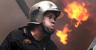 H συγκλονιστική εικόνα του Έλληνα πυροσβέστη μέσα στις φλόγες!