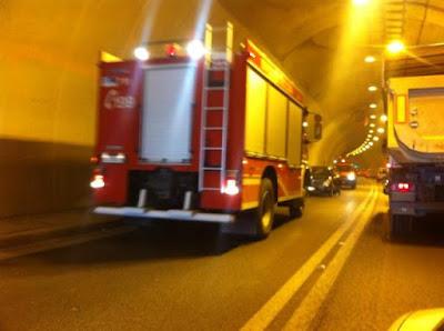 Σύγκρουση ΙΧ με φορτηγό σε σήραγγα της Εγνατίας