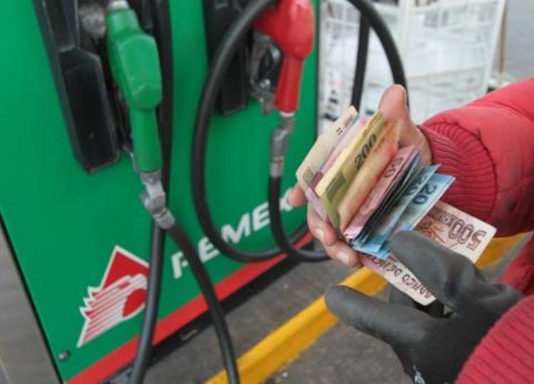 Así ha aumentado el precio de la gasolina con Peña y lo que propone AMLO