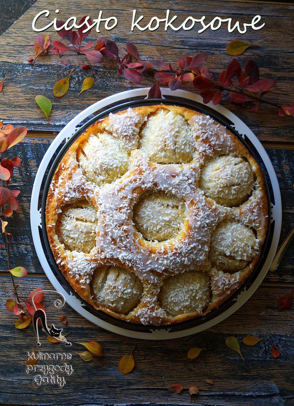 okragle-ciasto-na-bialym-talerzu