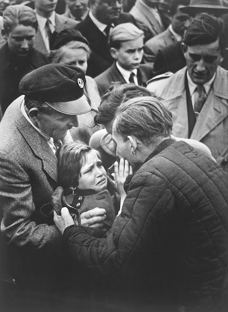 foto kesedihan seorang anak yang bertemu ayahnya