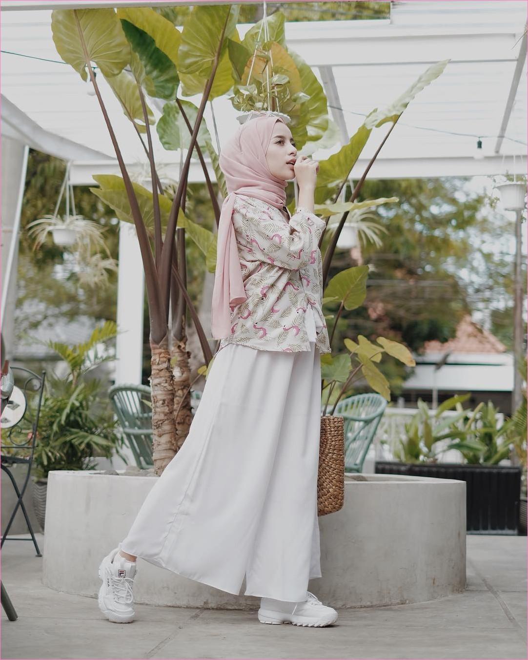 Outfit Kerudung Pashmina Ala Selebgram 2018 hijab pashmina sifon baby pink kemeja flamingo top blouse pink celana pallazo kulot krem muda kets snekers putih ootd trendy kekinian hijabers kacamata totebags rotan taman