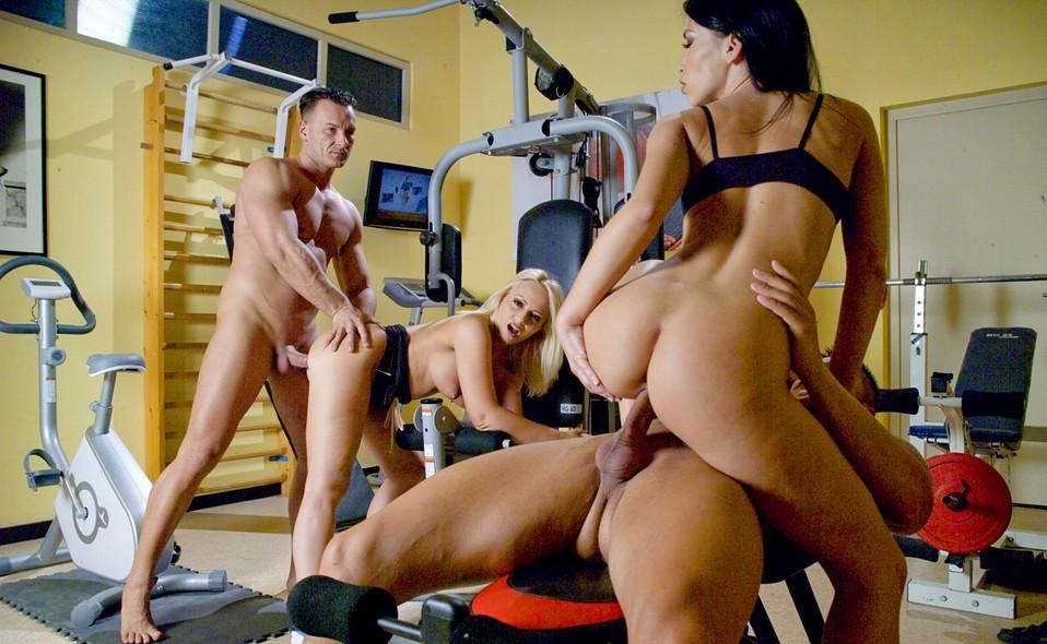 сиськи порнофото два мужика и телка в спортзале мне известно стало