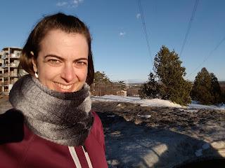 Marcheuse souriante, Québec, printemps