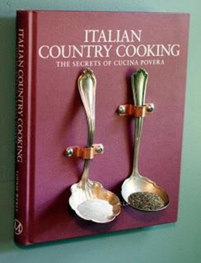 22. Buku resep masakan jadi alat sempurna untuk memajang sendok antik.