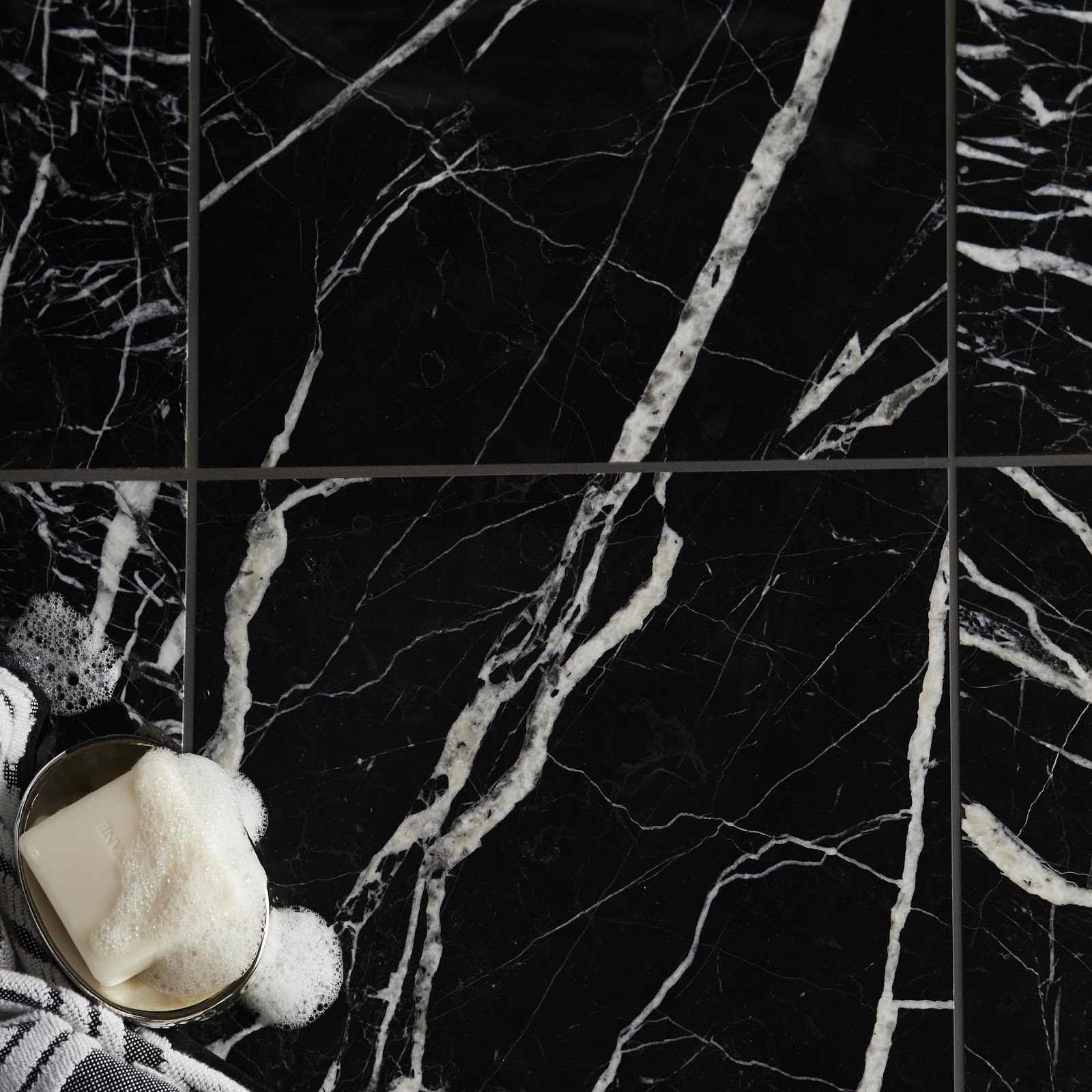 7 Cara Membersihkan Marmer Hitam Sekaligus Mengkilapkannya