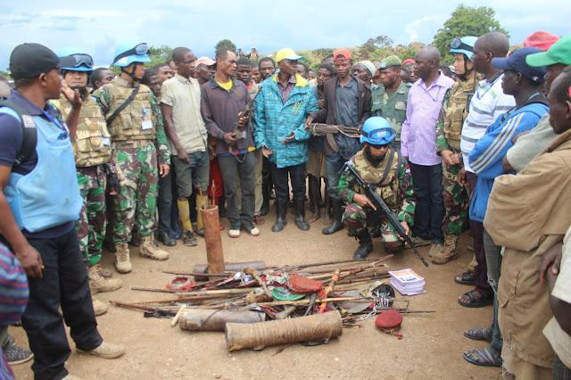 Satgas TNI Konga XXXIX-A Terima 2 Pucuk Senjata AK-47 dari Warga Ex-Combatan