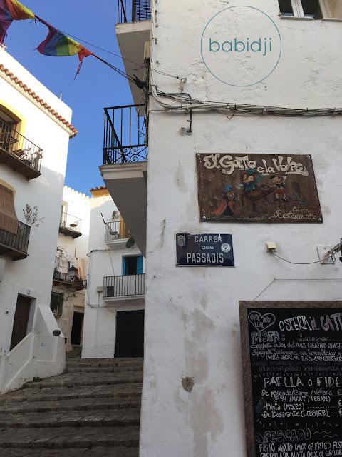 coin de rue avec menu de restaurant dans le vieil Ibiza Eivissa