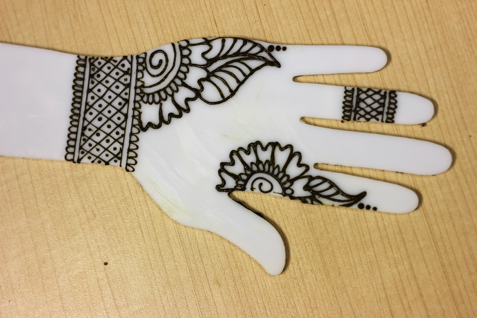 Elegant Wrist Cuff Henna Design: Simple 5 Minute Henna Designs