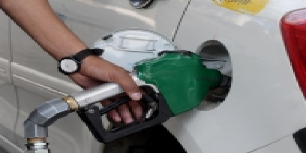 Petrol-ke-daam-lagataar-teesre-din-badhe-diesel-hua-sasta