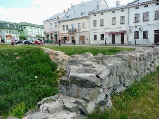 Жолква. Фундамент разрушенного средневекового квартала