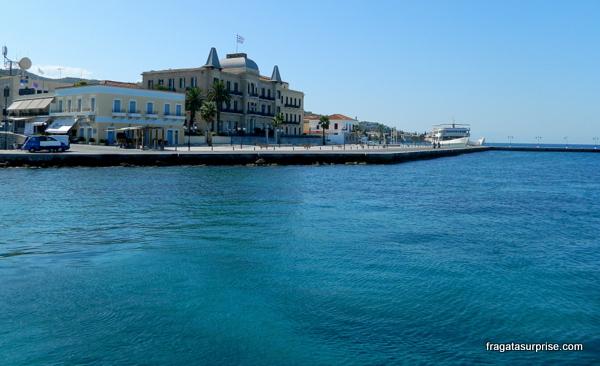 Praia na ilha grega de Spétses, no Arquipélago Argo-Sarônico