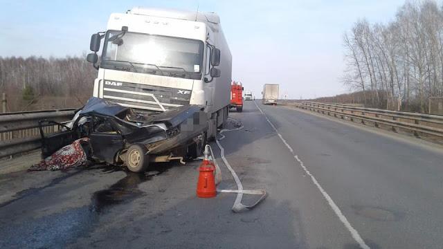 В Иглинском районе легковушка столкнулась с двумя грузовиками