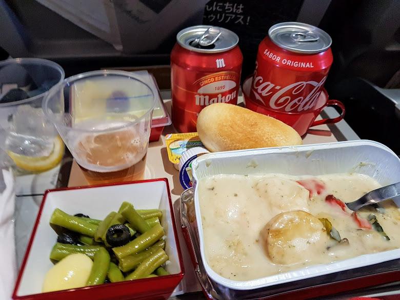 機上提供的午餐,飲料除了可樂還多拿啤酒