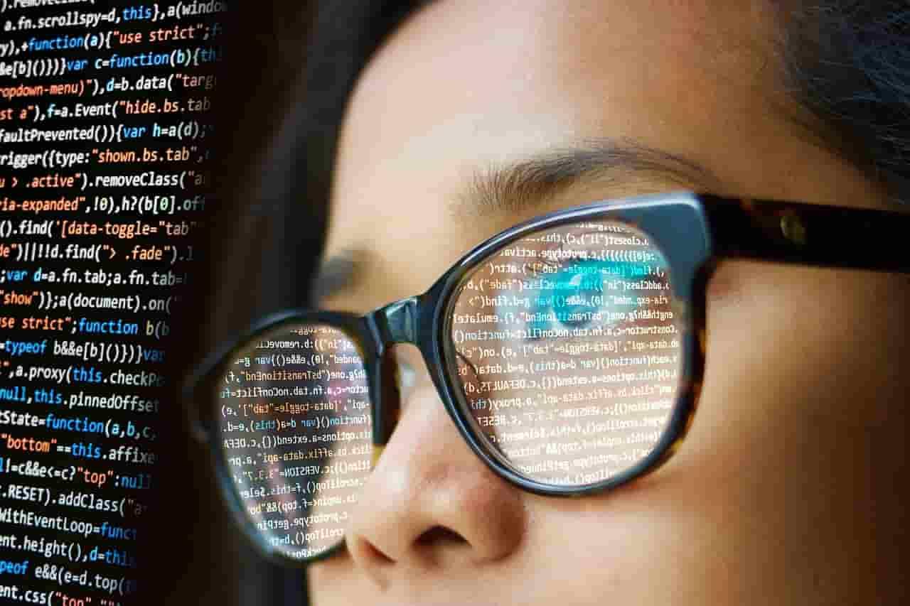 teknologi berkembang pesat yaitu aplikasi mobile, aplikasi desktop, maupun aplikasi website. aplikasi yang saya sebutkan tersebut, memerlukan beberapa orang agar bisa menjadi program yang bisa di akses yaitu adalah programmer.