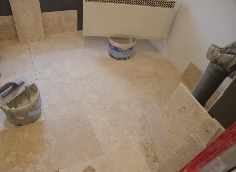 Remont mieszkania w kamienicy w Sopocie - trawertyn na podłodze w łazience