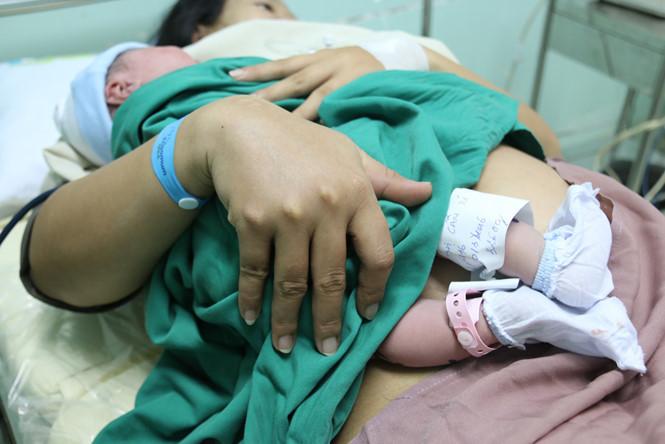 Sinh con sau bao lâu thì mẹ được nhận trợ cấp thai sản?