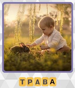 на траве сидит ребенок с кроликом на 4 уровне в игре 600 слов