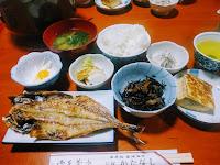 民宿の朝食(ご飯・味噌汁・出し巻き卵・焼き魚・漬物・小鉢2品)