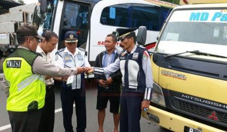 Dal Ops DLLAJ UPT Jember Niken Tarigan saat memeriksaa surat kendaraan