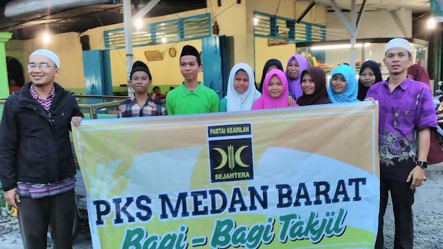 PKS Medan Barat Bagi-bagi Takjil ke Pengendara