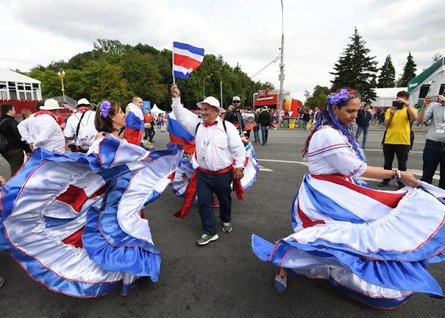 Também não poderiam faltar dançarinos típicos da Rússia nos arredores do estádio