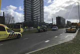 """Holanda  Una balacera en un tranvía en Holanda dejó un muerto y varios heridos hoy en la mañana, dijo la policía, que no descartó un posible """"motivo terrorista"""". Las autoridades iniciaron un operativo de búsqueda para dar con el tirador."""