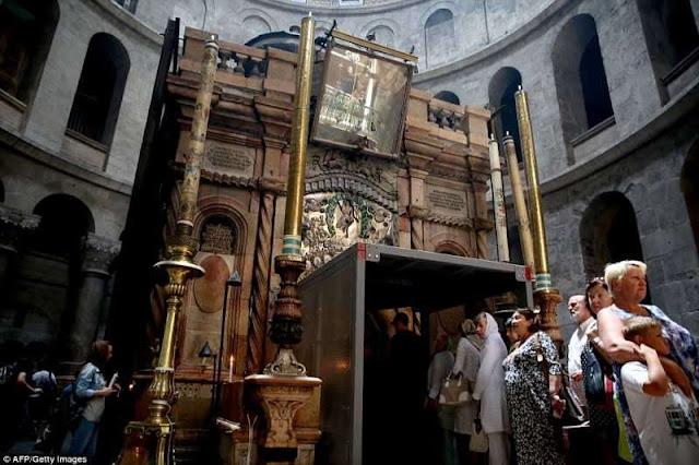 Mộ Chúa Jesus lần đầu được mở ra sau hơn 400 năm, nhà khảo cổ run rẩy đầu gối, không thể tin nổi