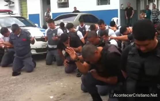 Policías orando por la paz