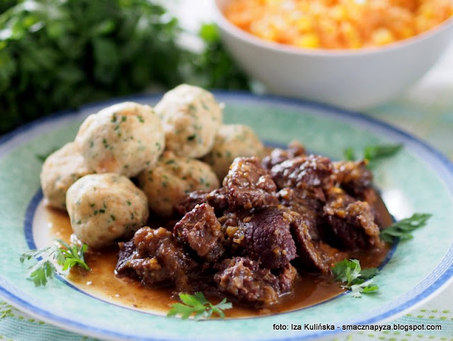 wolowina duszona, warzywa, grzyby, czerwone wino, policzki wolowe, gulasz z policzkow wolowych, co na obiad, mieso w sosie, sos grzybowy, kania, suszone czubajki kanie