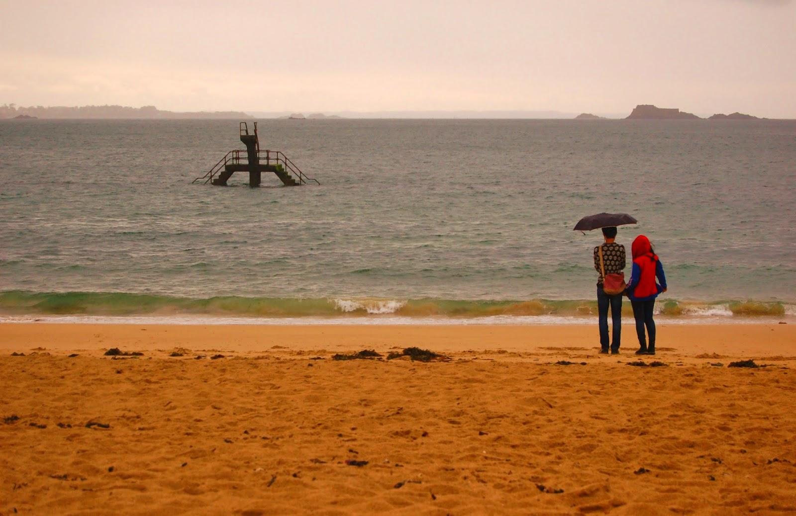Le Chameau Bleu - Blog Voyage Saint Malo France - Plage du bon secours sous la pluie - Bretagne saint Malo Plage