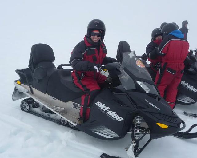 Preparada para conducir una moto de nieve por el glaciar Vatnajökull
