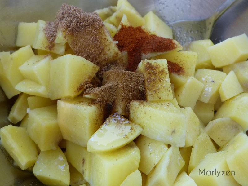 Mélangez les pommes de terre avec les épices.