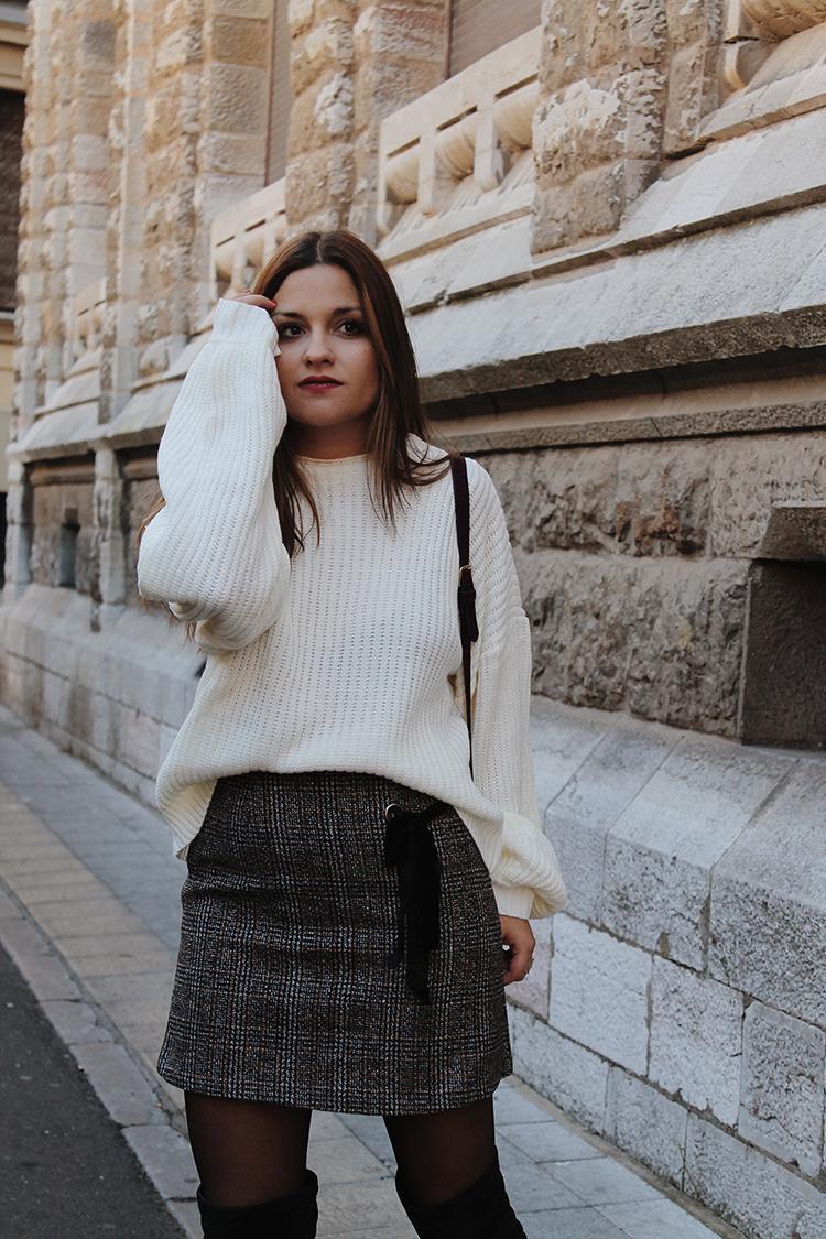 Look moda con falda de cuadros y jersey