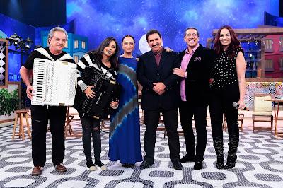 Na foto: Flávio José, Lara Amélia, Tânia Alves, Ratinho, Altemar Dutra Jr. e Solange Almeida  Crédito: Eve Schwarz/SBT